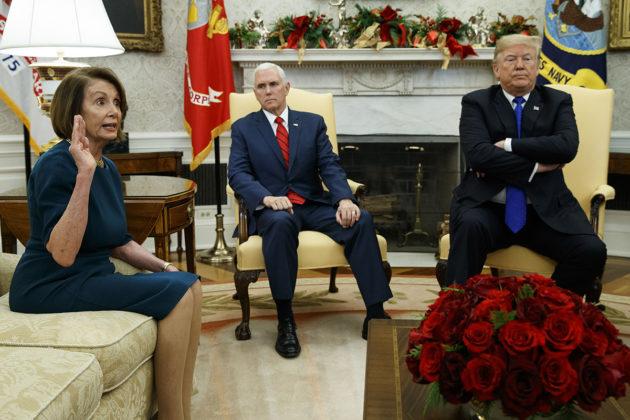 Edustajainhuoneen demokraattien johtaja Nancy Pelosi, varapresidentti Mike Pence ja presidentti Donald Trump Valkoisessa talossa 11. joulukuuta 2018.