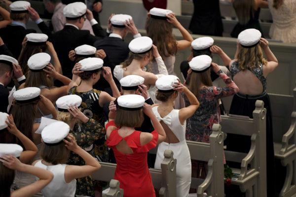 Uudet ylioppilaat laittavat ylioppilaslakit päähän. SK kokosi abitärpit ylioppilaskirjoituksiin valmistautuvien avuksi.