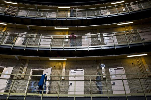 Tyhjilleen jääneeseen vankilaan sijoitettuja turvapaikanhakijoita Alankomaiden Haarlemissa toukokuussa 2016.