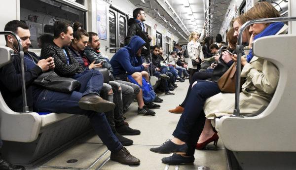 Metromatkustajia kännyköillä Pietarissa toukokuussa 2016.