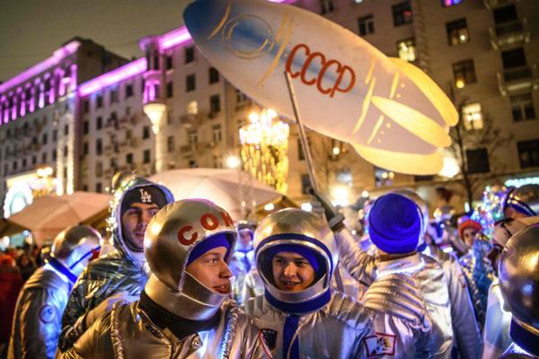 Neuvostoliiton kosmonauteiksi pukeutuneet nuoret juhlivat uuttavuotta Moskovassa 1. tammikuuta 2019.