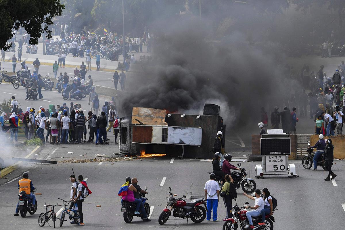 Mielenosoittajat sulkivat moottoritien Caracasissa 23. tammikuuta.