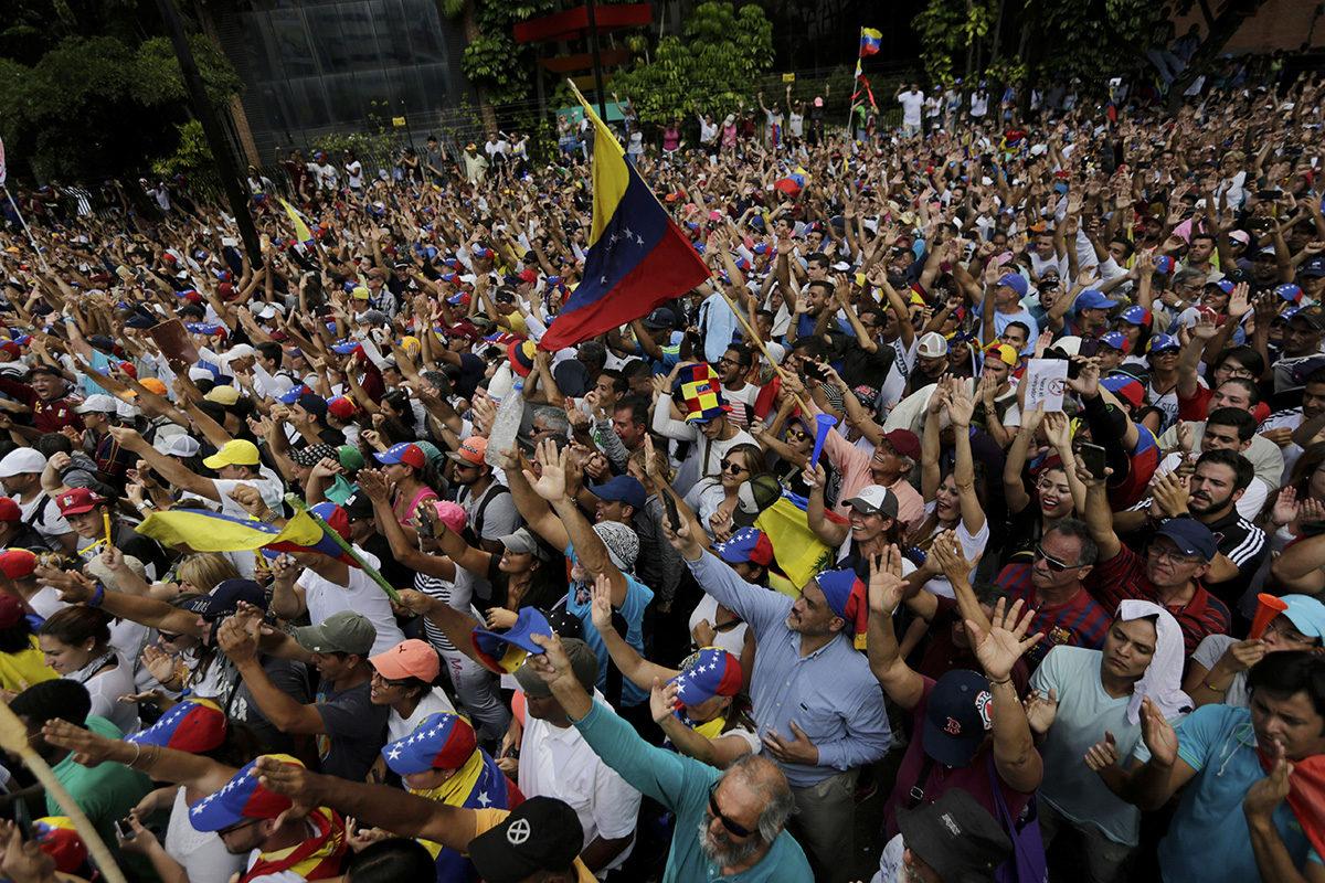 Hallituksen vastaisia mielenosoittajia Venezuelan pääkaupungissa Caracasissa 23. tammikuuta 2019.