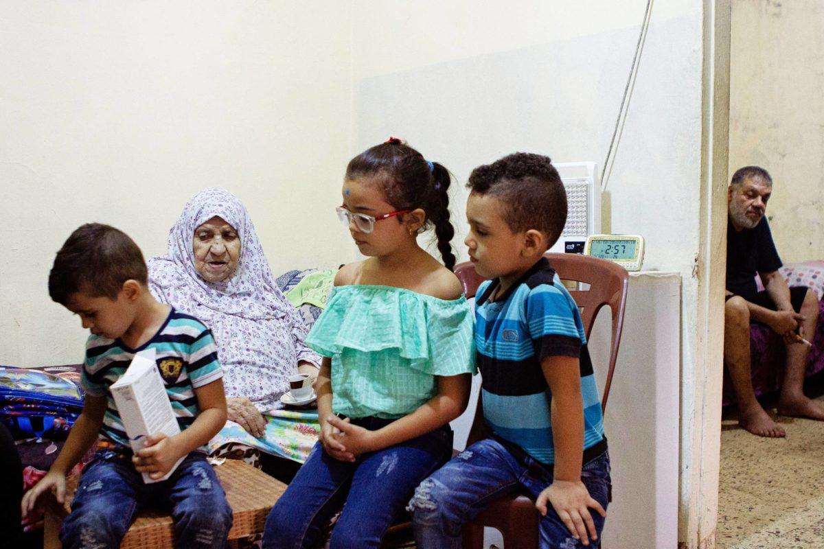 Pakolaisleirien ahtaissa asunnoissa asuu isoja perheitä, joihin kuuluu monta sukupolvea. Tämän perheen esikoistyttö käy koulua, hän haaveilee tulevansa isona opettajaksi.