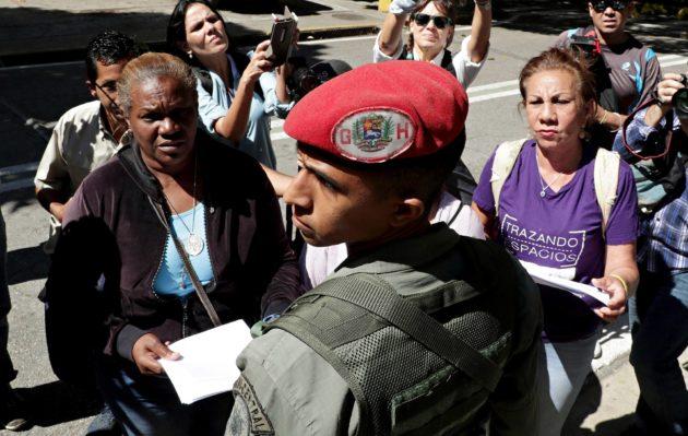 Aktivistit luovuttamassa niin sanottua armahduslakia presidentinpalatsia vartioiville sotilaille.