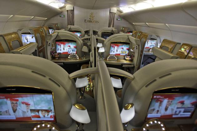 Ensimmäisne luokan paikkoja Emirates-yhtiön Airbus A380-koneessa. Kuva vuodelta 2013.