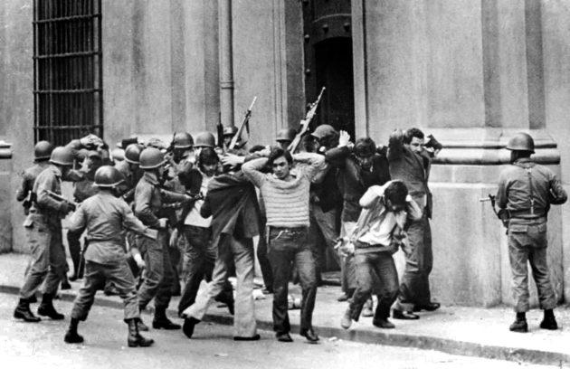 Sotilaat pidättivät Salvador Allenden hallinnon työntekijöitä presidentinpalatsi La Monedan ulkopuolella Santiagossa 11. syyskuuta 1973.