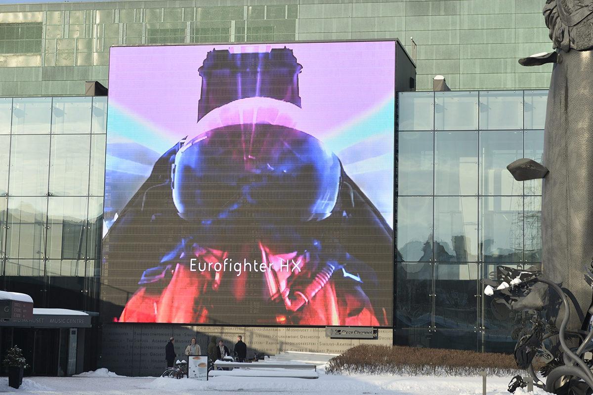 Eurofighter Typhoon -hävittäjän mainosvideo Musiikkitalon videoseinällä Helsingissä torstaina 31. tammikuuta 2019.