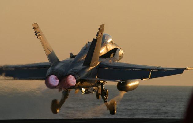 Yhdysvaltain laivaston Hornet-hävittäjät osallistuivat hyökkäykseen Irakiin maaliskuussa 2003.