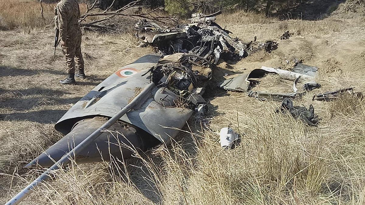 Pakistanilainen sotilas vartioi alasammutun intialaishävittäjän hylkyä Kashmirin Hurranissa 28. helmikuuta 2019.