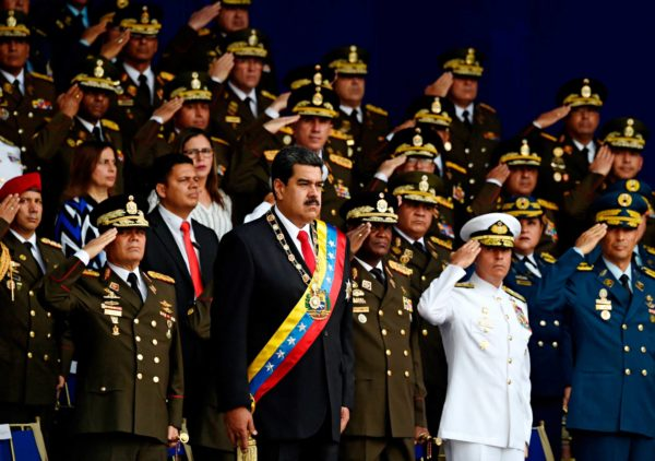 Presidentti Nicolás Maduro kansalliskaartin paraatissa elokuussa 2018 hetkeä ennen kuin hänet yritettiin murhata lennokkipommilla.