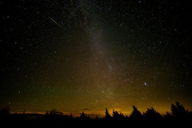 Suurikokoisten meteoriittien torjunta voi olla ihmiskunnalle jonain päivänä kohtalonkysymys. Kuvassa perseidien meteoriparven tähdenlento vuodelta 2016.