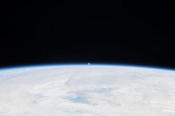 Kuu kuvattuna Maata kiertävältä ISS-avaruusasemalta.