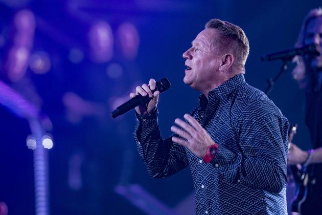 Olli Lindholm esiintymässä Yö-yhtyeensä kanssa keväällä 2018.