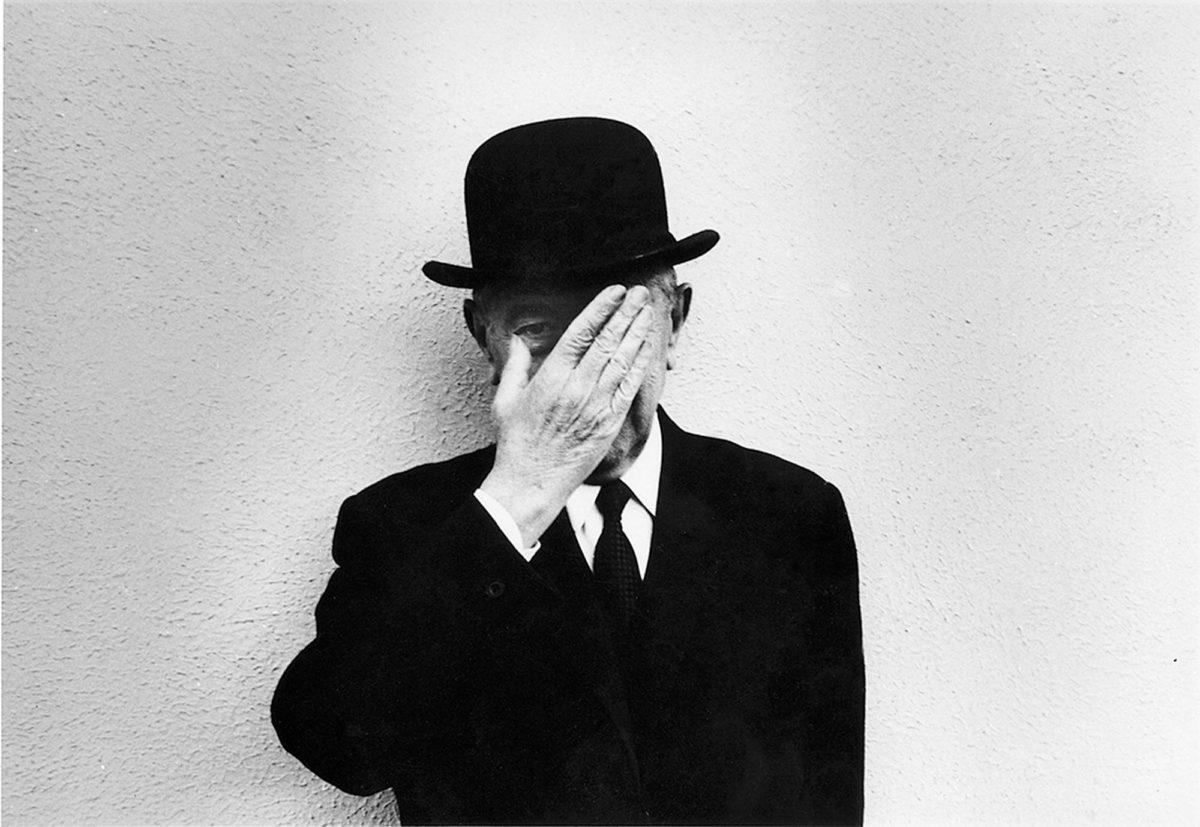 René Magritte vuonna 1965, uransa huipulla. Mustan knallin hän pani päähänsä vain pyynnöstä.