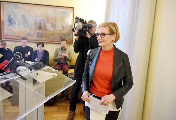 Puhemies Paula Risikko (kok) kertoi tiedotustilaisuudessa haluavansa varmistua, että eduskunnasta ei lähde perustuslain vastaisia lakeja.