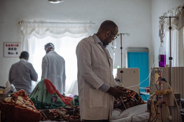 Suomessa 29 vuotta asunut sairaanhoitaja Ahmed Haddi työssä Hargeisan sairaalan uudella hemodialyysiosastolla toukokuussa 2018.