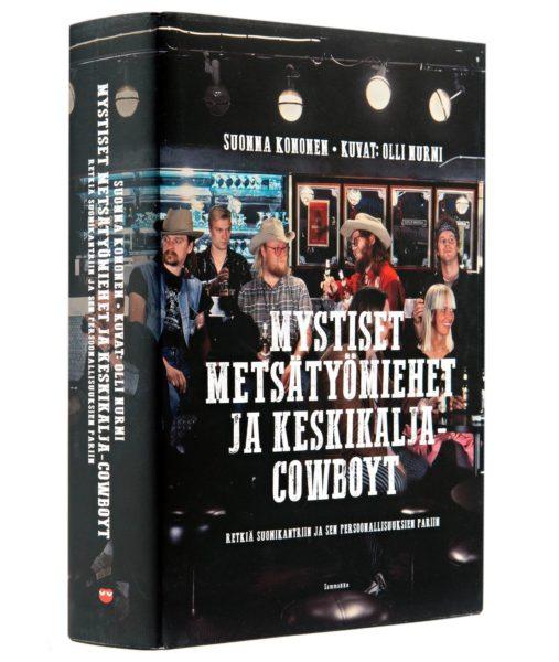 Suonna Kononen: Mystiset metsätyömiehet ja keskikalja-cowboyt. 592 s. Kuvat: Olli Nurmi. Sammakko, 2018.