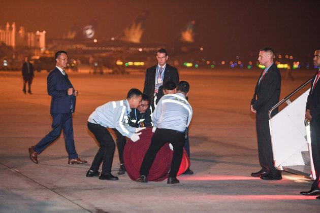 Vietnamilaiset työntekijät levittävät punaista mattoa presidentti Donald Trumpille Noi Bain lentokentällä Hanoissa 26. helmikuuta 2019.