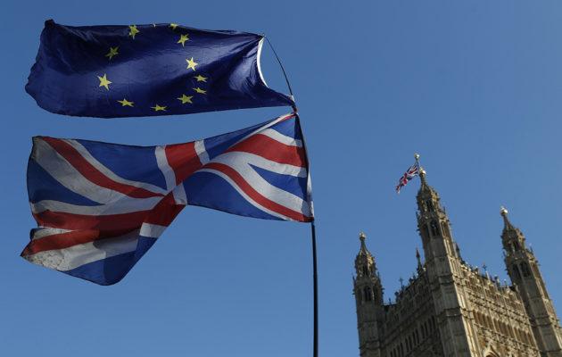 Britannian ja EU:n liput Britannian parlamentin edessä 27. helmikuuta 2019.