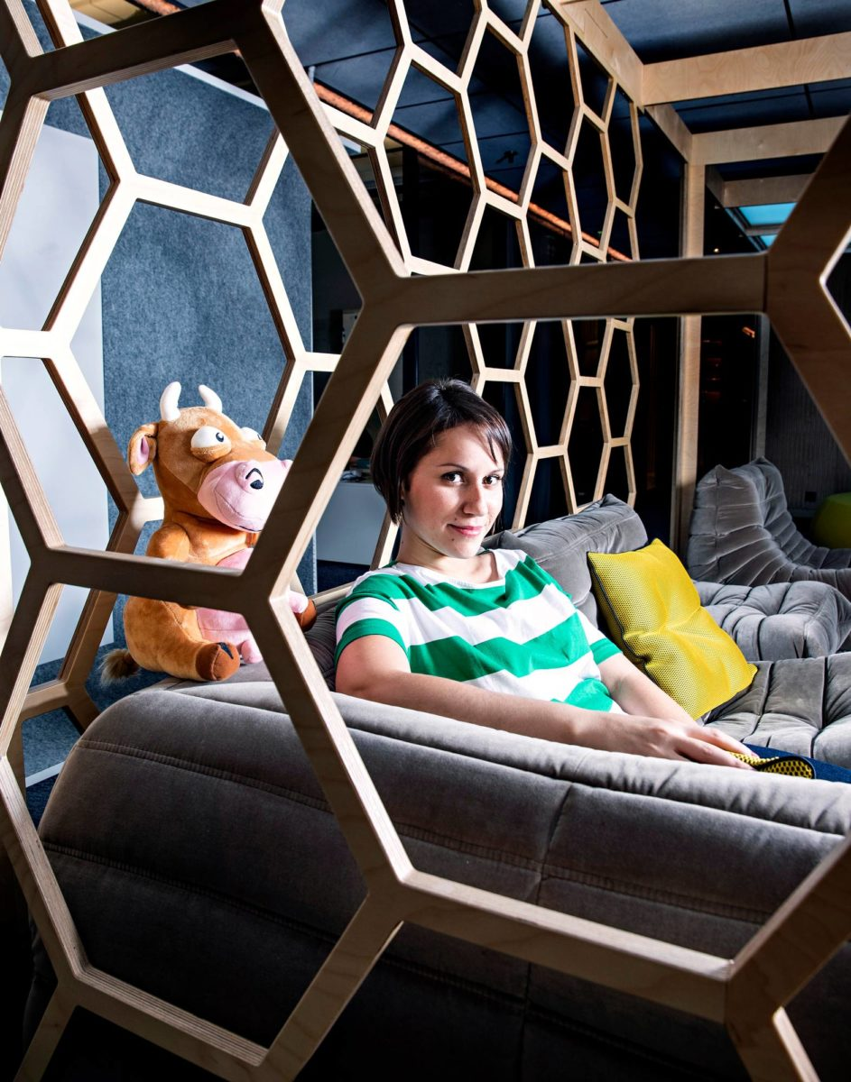 Drussila Hollanda-Grönberg ja Hay Day -pelin lehmä Supercellin pääkonttorissa Helsingin Ruoholahdessa.