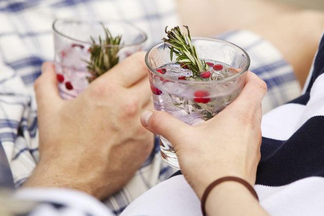 Erään selvityksen mukaan eniten rahaa kului niillä nettishoppailijoilla, jotka joivat giniä.