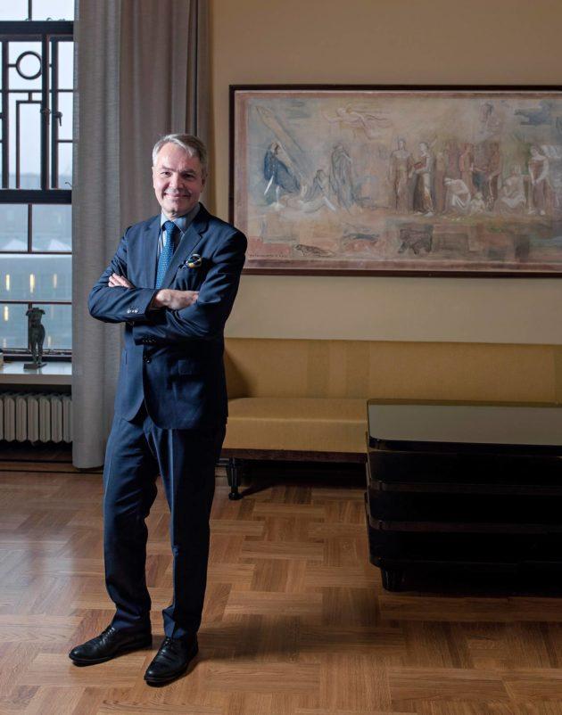 Pekka Haavisto halusi poseerata Yhteiskunta ja kaaos -maalauksen edessä.