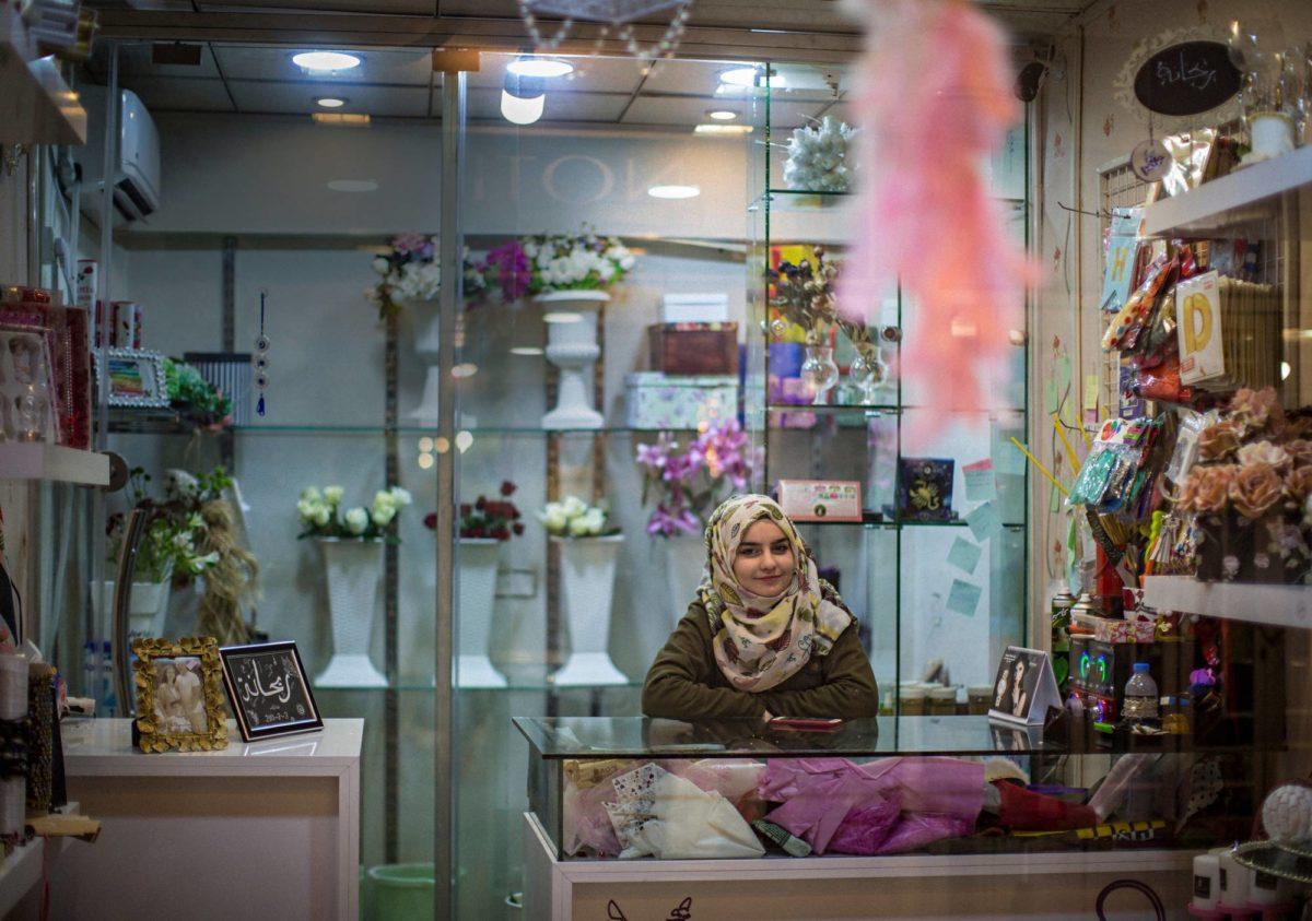 Paikalliset naiset tulevat Dania Salimin kukkakauppaan keskustellakseen hänen kanssaan. Nuori naisyrittäjä on kaupungissa vielä harvinaisuus, ja Salim saa osakseen myös paheksuntaa. Hän näkee työnsä keinona parantaa naisten asemaa.