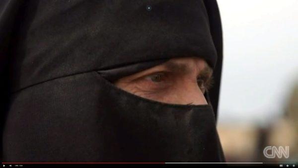 Suomessa on puhuttanut CNN:n haastattelema, Sannaksi esittäytynyt nainen, joka on asunut vuosia Isisin hallitsemilla alueilla ja haluaisi nyt palata lapsineen Suomeen. Kuvakaappaus CNN:n haastattelusta.