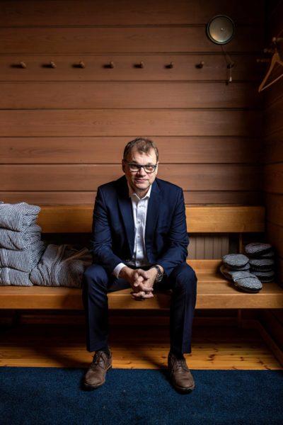 Juha Sipilä halusi tulla kuvatuksi virka-asuntonsa Kesärannan saunassa.
