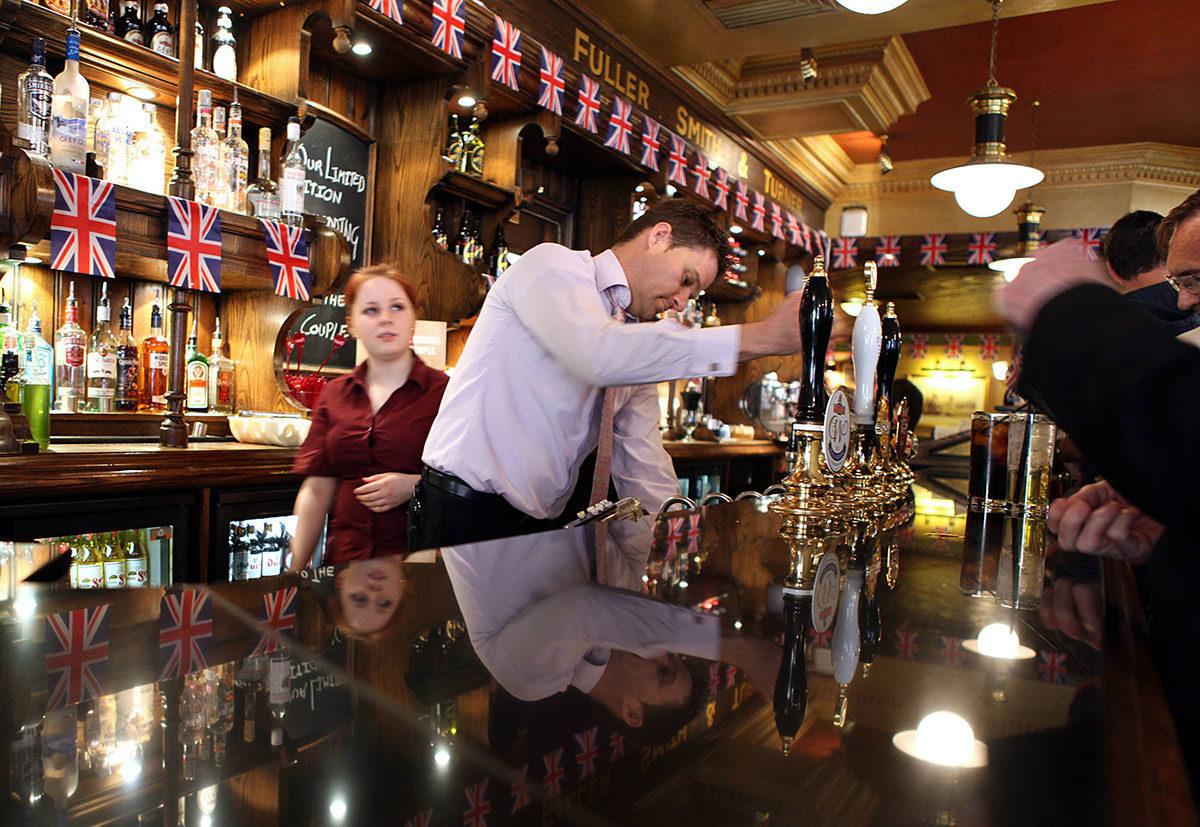 Olutta hanasta brittipubissa Lontoossa. Arkistokuva.