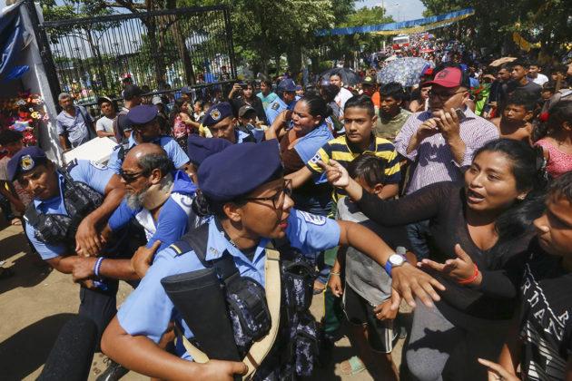 Mielenosoittajia ja poliiseja Nicaraguan Managuassa 2. marraskuuta 2018.