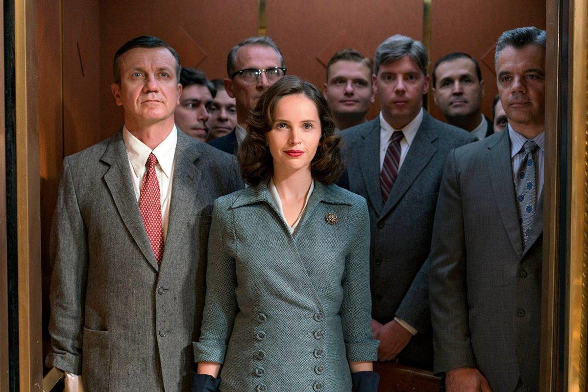Felicity Jones (keskellä) tulkitsee Ruth Bader Ginsburgia.