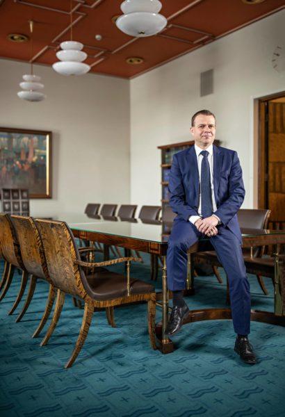 Petteri Orpo eduskunnassa hallituksen kokoushuoneessa.