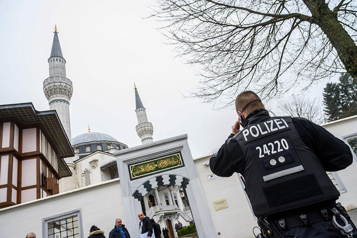 Poliisi moskeijan edustalla Berliinissä 22. maaliskuuta 2019.