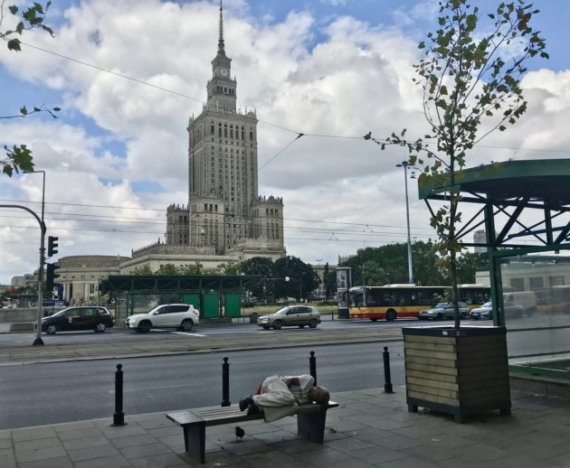 Varsova sitoutui auttamaan nuoria, jotka on heitetty kotoaan kadulle seksuaalisen suuntautumisensa takia. Ratkaisua on kritisoitu voimakkaasti.