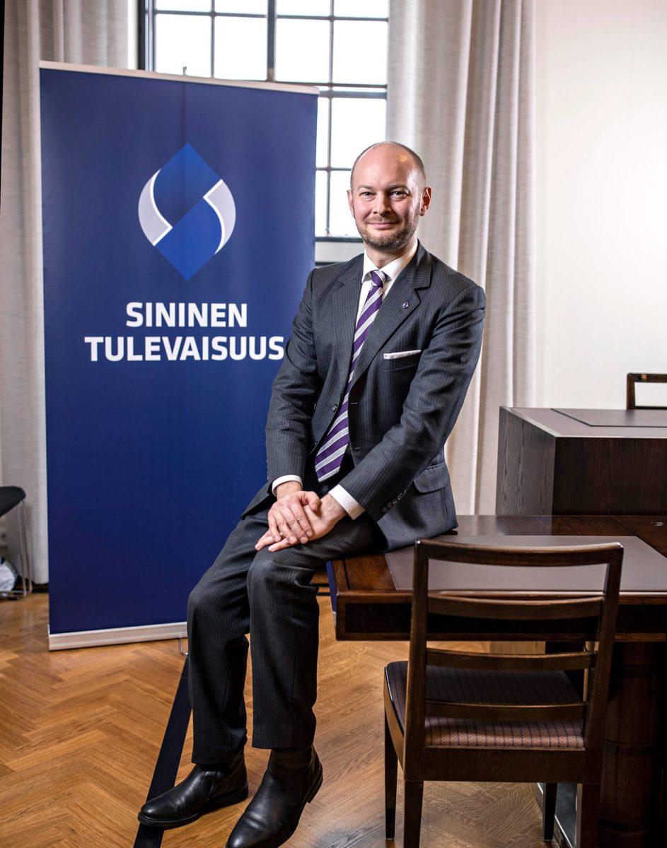 Puheenjohtaja Sampo Terho Sinisen tulevaisuuden eduskuntaryhmän huoneessa. Eduskuntavaalit 2019.