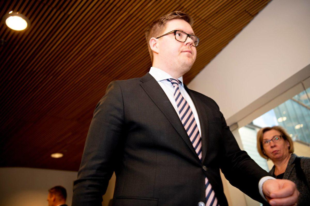 Sdp:n eduskuntaryhmän puheenjohtaja Antti Lindtman marssi ulkoasiainvaliokunnan huoneeseen 12. maaliskuuta. Puolueiden edustajat sopivat, että Sipilän hallitus jatkaa toimitusministeristönä.