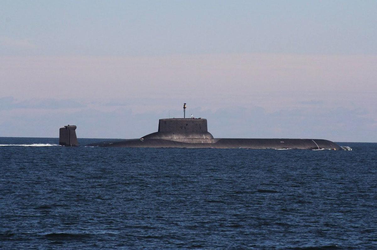 Paikannuksen vuoksi sukelluveneiden on nykyään käytävä välillä pinnassa. Merivoimat julkaisi Twitter-tilillään kuvan maailman suurimmasta ydinsukellusveneestä, venäläisestä Dmitri Donskoista, 24. heinäkuuta 2017.