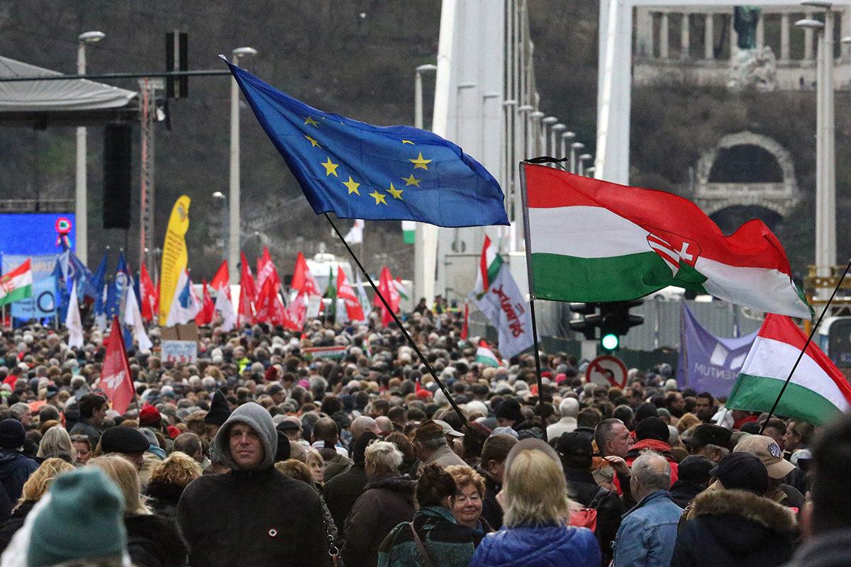 Unkarin hallitusta vastustavia mielenosoittajia Budapestissa 15. maaliskuuta 2019.