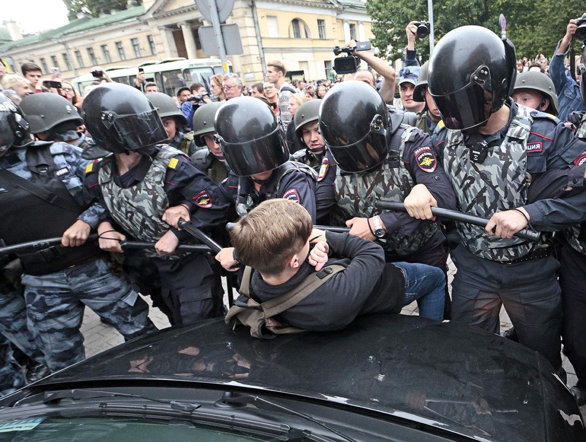 Venäläiset poliisit ottivat teinin kiinni eläkeuudistusta vastustavassa mielenosoituksessa Pietarissa 9. syyskuuta 2018.