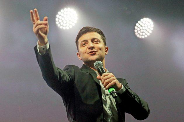 Presidenttiehdokas Volodymyr Zelenski on tullut ukrainalaisille tutuksi koomikkona ja näyttelijänä. Suositussa tv-sarjassa hän näyttelee opettajaa, joka päätyy sattuman kautta presidentiksi.