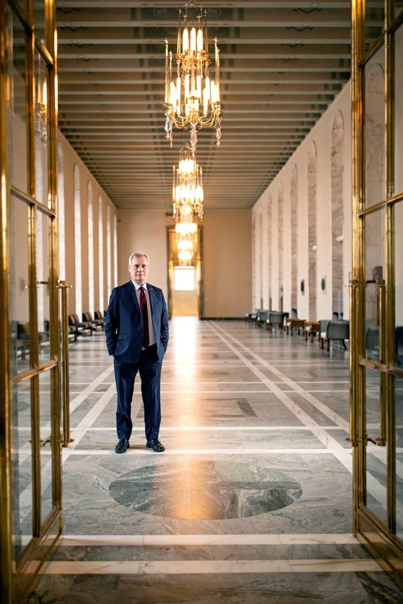 Antti Rinne halusi tulla kuvatuksi eduskunnan valtiosalissa.