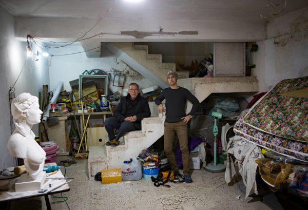 Kuvataitelija Ibrahim Qais (vas.) ja hänen poikansa Omer Qais työskentelivät vuosia salassa perheen talon kellarissa.