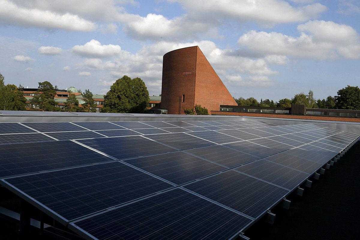 Aurinkopaneelit Aalto-yliopiston uudisrakennuksen Väreen katolla Espoon Otaniemessä syyskuussa 2018.