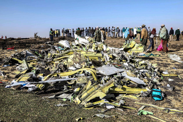 Maahan syöksyneen Etiopian Airlinesin koneen jäänteitä 11. maaliskuuta 2019.