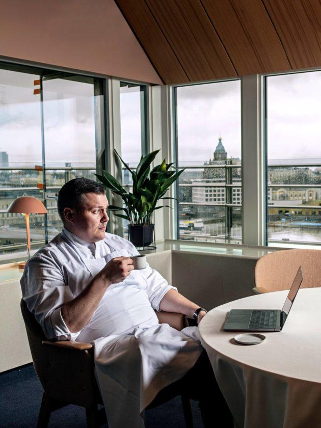 Lounasajan jälkeen Vottonen istahtaa nurkkapöytään nautiskelemaan kahvia ja jatkamaan töitä tietokoneella.