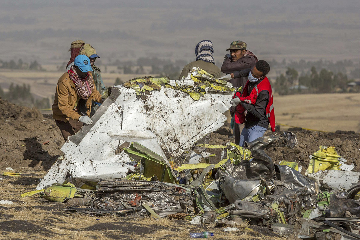 Pelastajia Ethiopian Airlinesin onnettomuuspaikalla Addis Abeban eteläpuolella 11. maaliskuuta 2019.