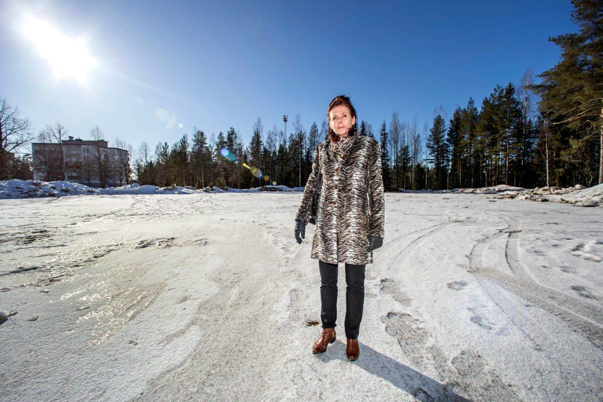Kunnanjohtaja Päivi Rahkonen esittelee tonttia, jolle rakennetaan Hollolan uusi hyvinvointiasema.