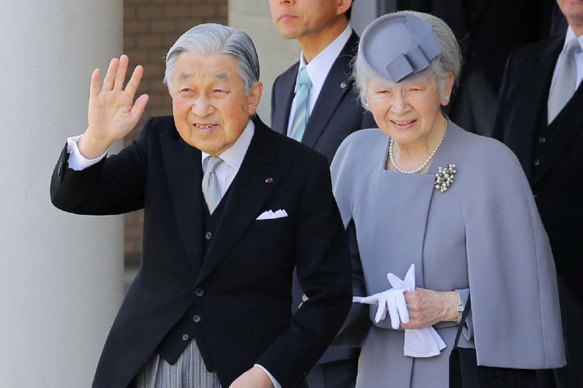 Japanin pian vallasta luopuva keisari Akihito ja hänen puolisonsa Mishiko vierailivat Kashiharassa keisari Jimmun mausoleumissa 26. maaliskuuta 2019.